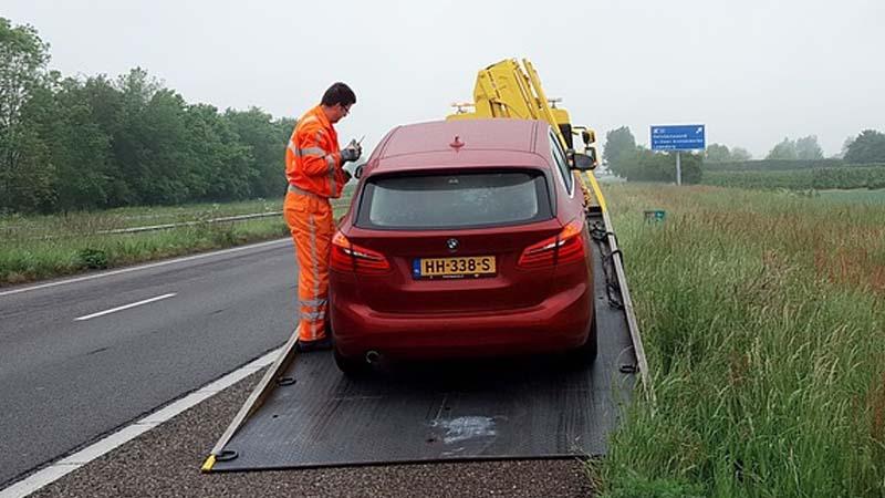 ¿Qué hacer cuando nuestro coche se avería en carretera?