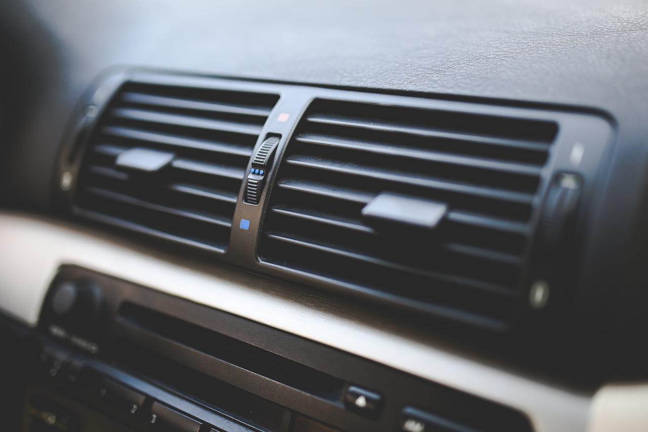 ¿Cómo recargar el aire acondicionado de tu coche?